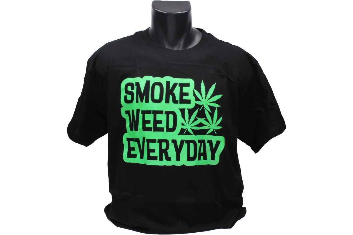 Foto 1 - Tričko Smoke weed everyday - vtipné tričko je vhodné pro každodenní nošení do zaměstnání nebo za zábavou. Je vyrobeno ze 100% bavlny a jeho velikost splňuje klasickou konfekci.