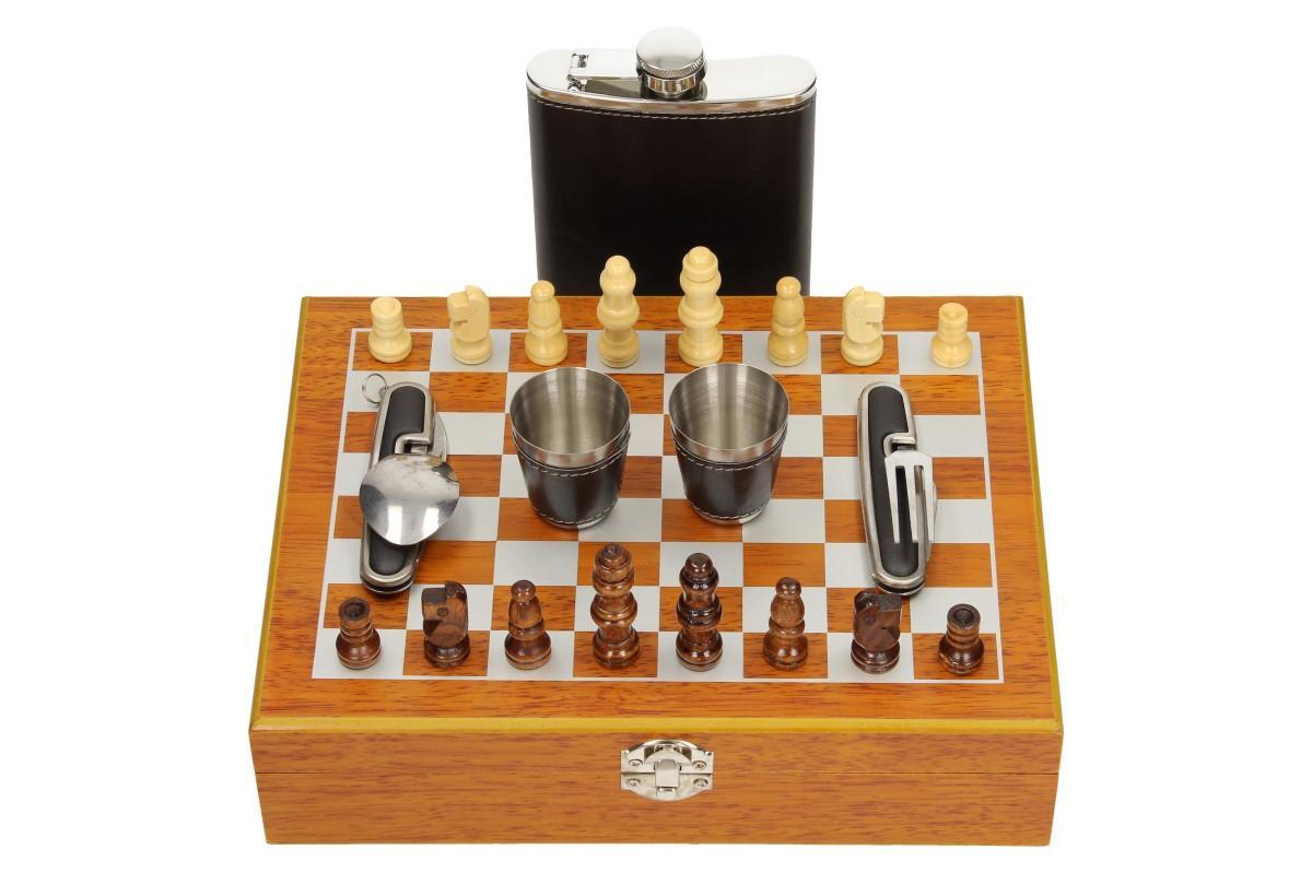 Foto 1 - Dárková sada placatka ŠACHOVNICE se dvěma panáky a příborem je příjemný dárek v designu černé kůže pro vaše blízké, rodinu i kamarády.  Sada je vhodná i jako dárek pro milovníky a hráče šachových her.
