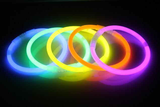 Foto 1 - Svítící náramky - tyčky 50 ks mix barev - super na firemní večírek, na disco, párty, hraní pro děti nebo pro signalizaci ve tmě