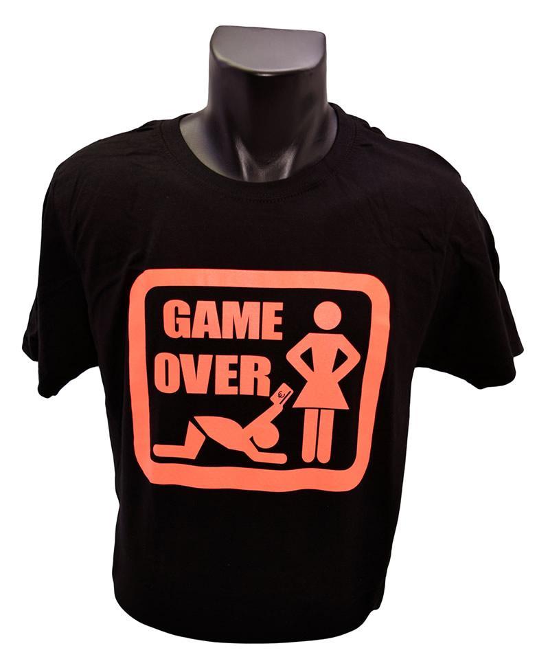 Foto 1 - Vtipné tričko Game Over oranžový nápis vhodné pro každodenní nošení a potěšení Vašeho okolí, kvalitní obrázek na tričku, v elegantní černé barvě!